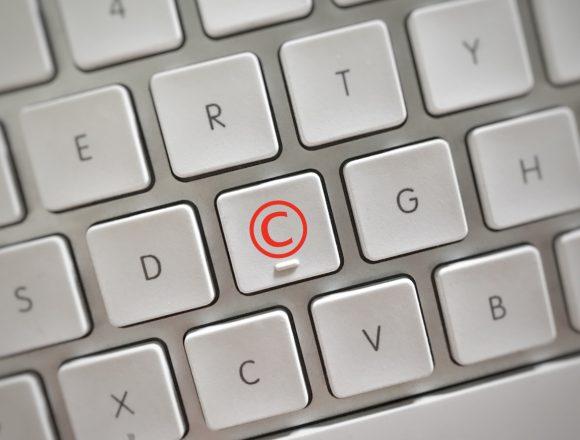 semaine de la sensibilisation au plagiat - photo d'un clavier avec le symbole copyright